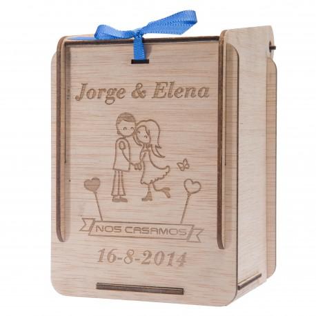 caja de madera novios besándose