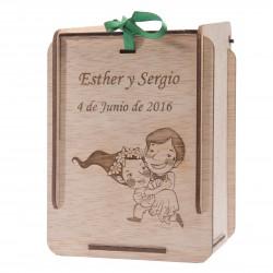 caja de madera novia en brazos